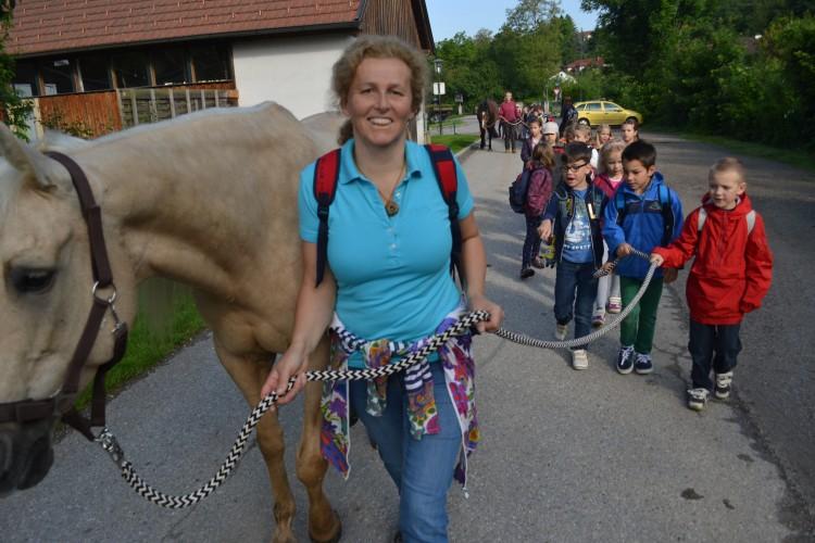 Eva Hieret Pferde führen