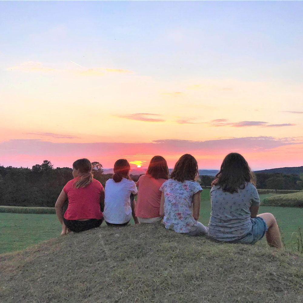 Kinder mit Sonnenuntergang